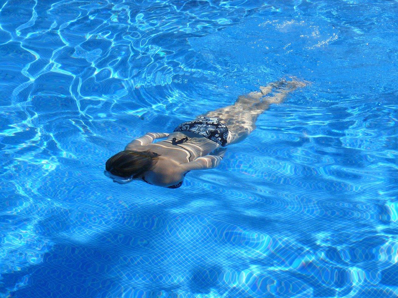 La nage, un bonne activité sportive.